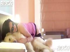 Morena grabada con perro